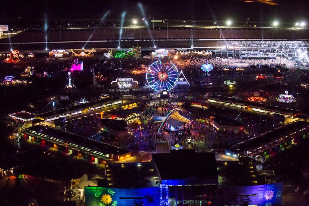 Festival de musique de Electric Daisy Carnival de nuit qui est très lumineux