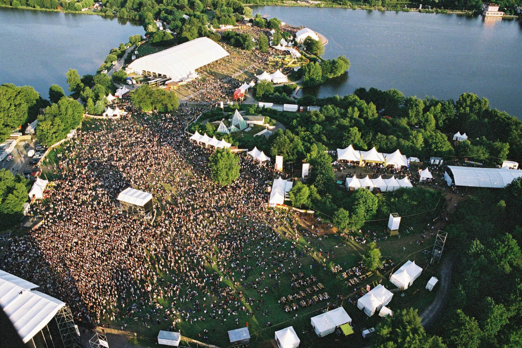 Festival de musique Les-Eurockeennes avec vu panoramique entre les deux étangs
